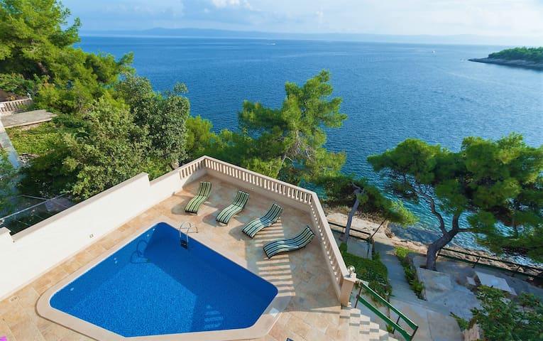 Villa Sunny, Pool, on the beach *Super-Lastminute*