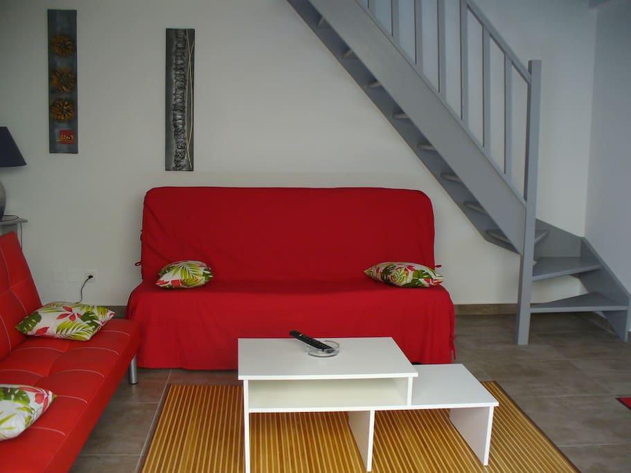 Salon lumineux et ventilé avec clic clac pour couchage supplémentaire