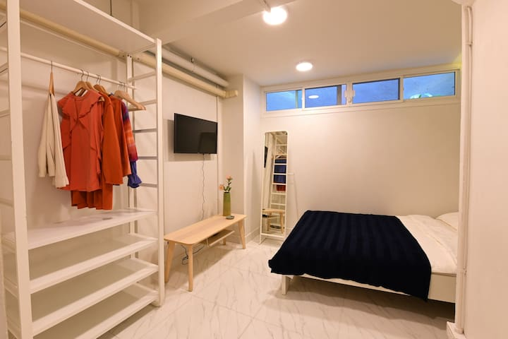 1BR in City Center: 5 Mins Walk to BTS Phrom Phong