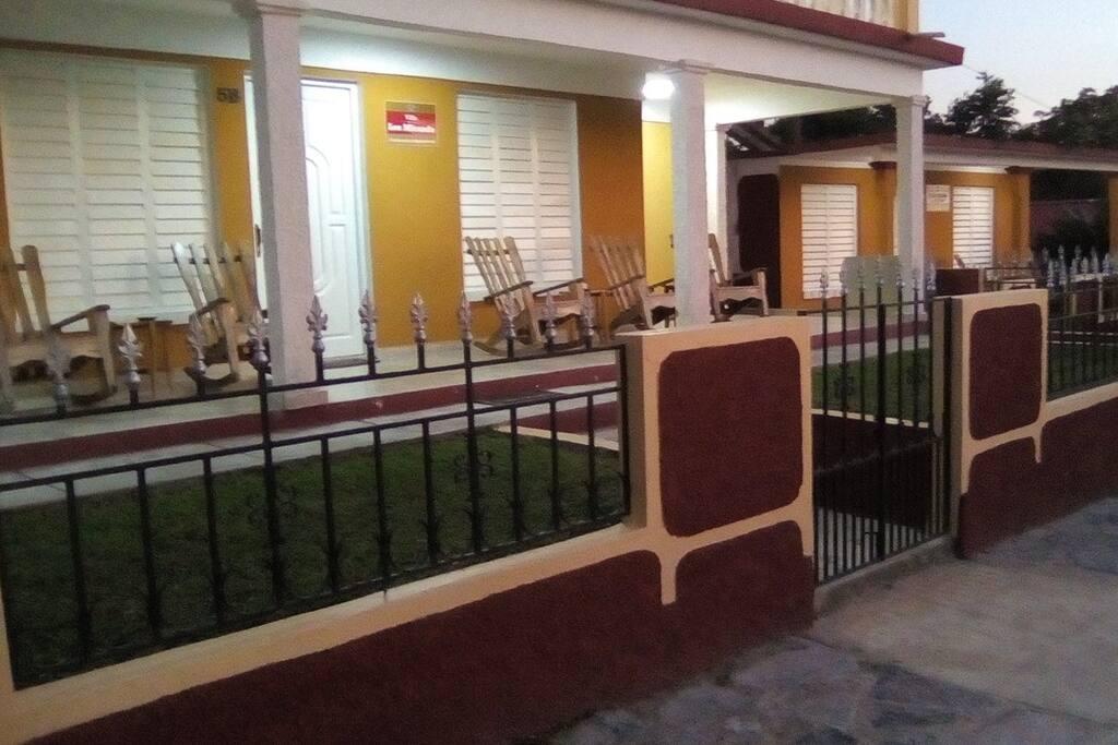 Portal corrido con 6 cómodos sillones y con preciosas vistas al  Valle de Viñales y los mogotes.