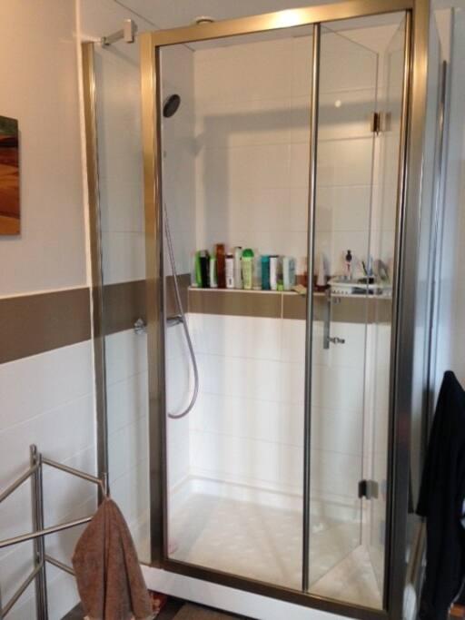 une grande douche