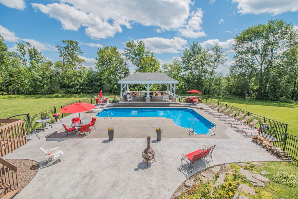 Hilltop mansion poconos houses for rent in beach lake pennsylvania united states for Pocono rental with private swimming pool