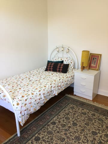 Bright room with 2 single beds. Close to city