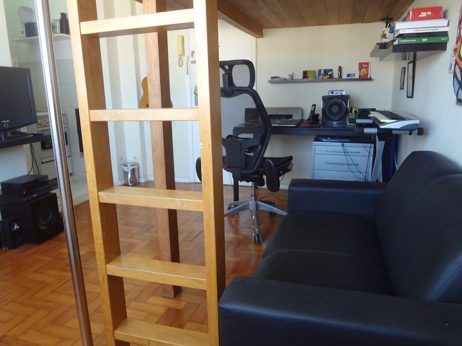 Mesa e cadeira de trabalho