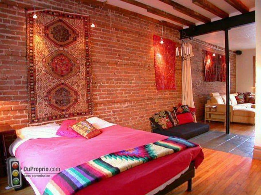 Chambre avec grand lit (queen size).