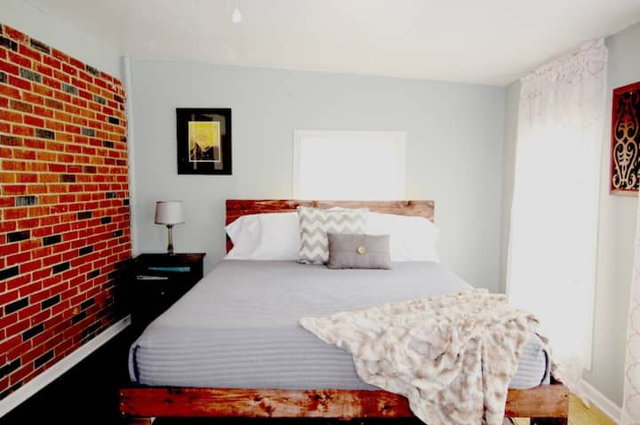 Walk to Downtown 1 BR Efficiency Suite w/ King Bed