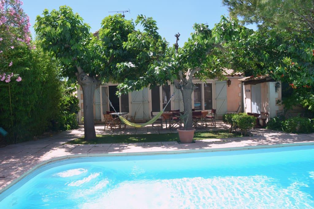 Grande piscine bordée de coins d'ombre, pour se rafraîchir en plein été.