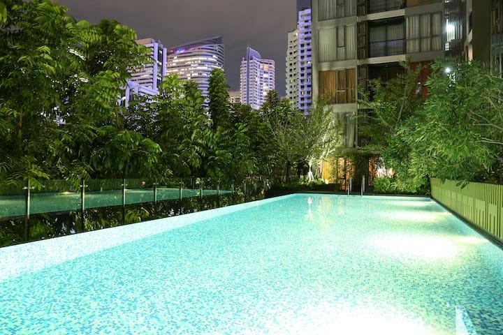 曼谷市中心高端公寓,园景套房,带灯光泳池和健身房,免费高速WIFI,BTS站步行2分钟 - Bangkok