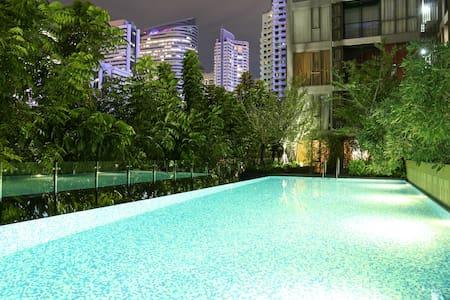 曼谷市中心高端公寓,园景套房,带灯光泳池和健身房,免费高速WIFI,BTS站步行2分钟 - Bangkok - Obsługiwany apartament