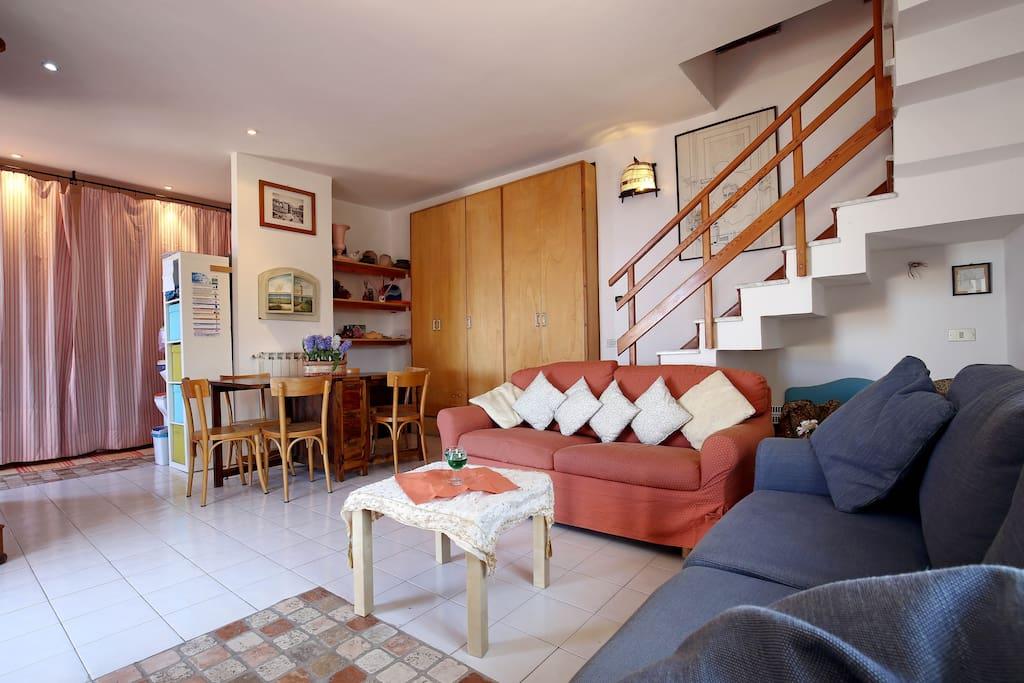 Zona living in ampio e accogliente soggiorno , divani con angolo relax TV