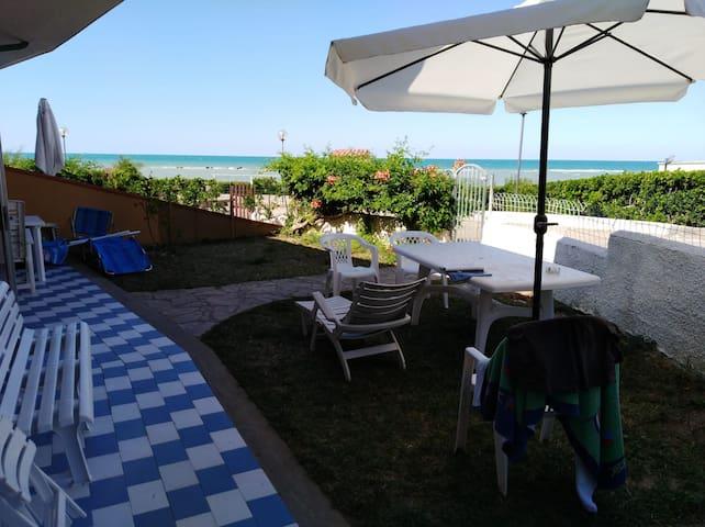 Spaziosa villetta sul mare con giardino privato
