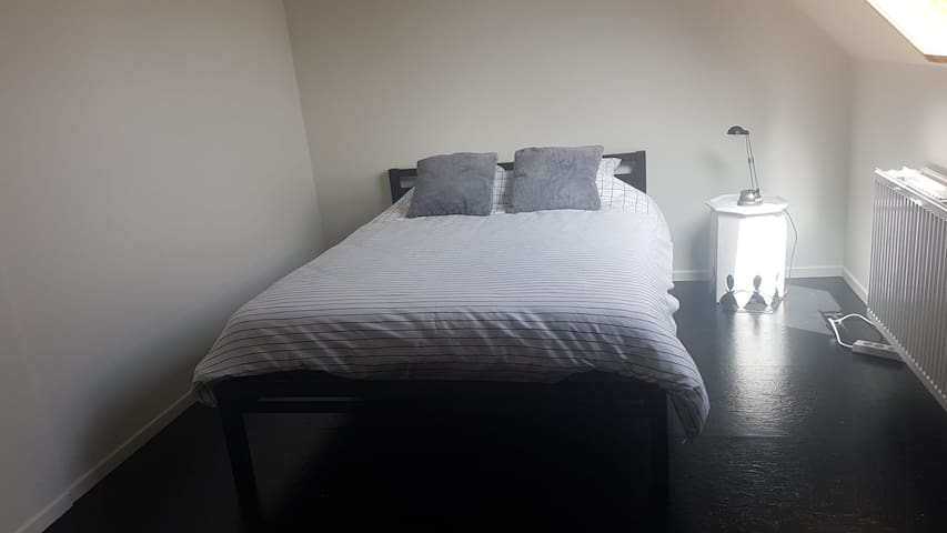Large private room with own bathroom near Ghent