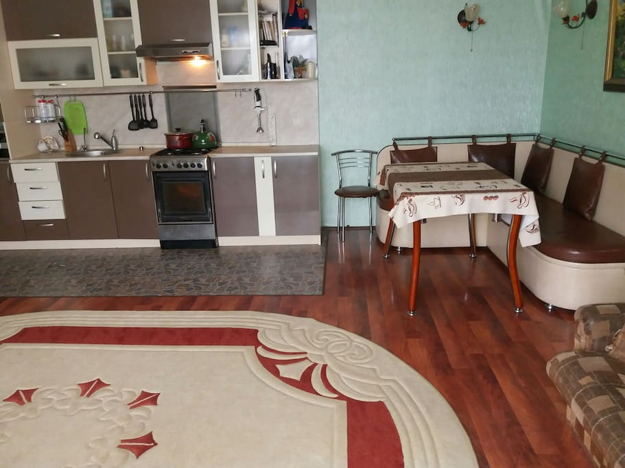 столовая и кухня с телевизором