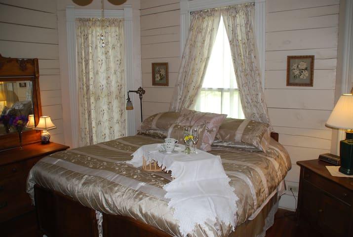 The Marais Suite at Pecan Street Inn