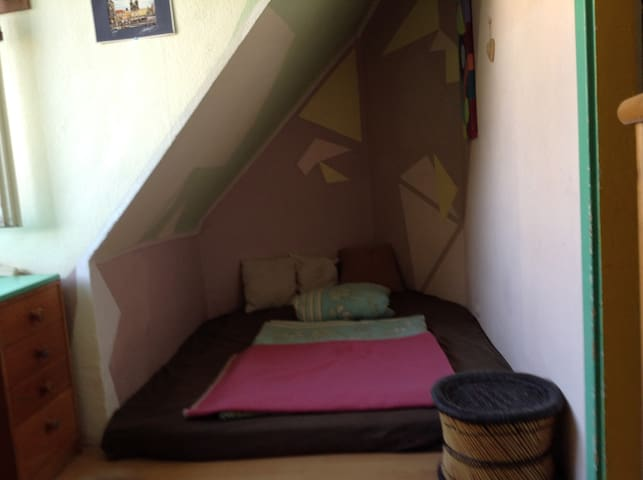 Your bed (160 cm in with, also good for 2 persons) on the Floor, very comfortable for good sleep. Das Bett am Boden, sehr gemütlich und gut zumSchlafen (Breite 160 cm, bequem auch für 2 Personen) für angenehmen Schlaf