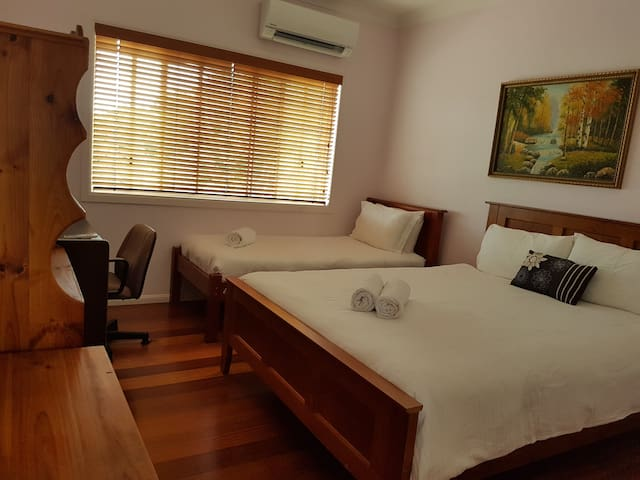 Air-conditioned room in modern double storey home - Robertson - Haus