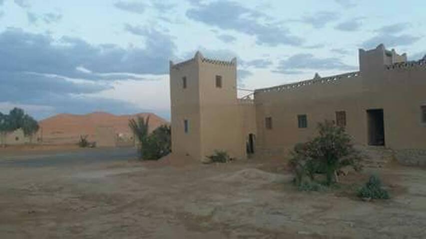 Auberge traditionnelle au pied des dunes du Sahara