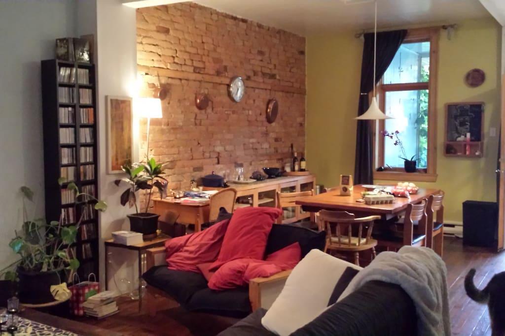 1er étage - Salon aire ouverte donnant sur salle-à-manger - grande table avec possibilité de rallonge pour asseoir une dizaine d'invités confortablement