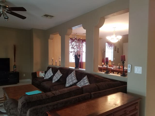 Beautiful, Spacious Vegas Home.. mins from strip