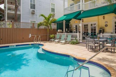 Curry House B&B Room #3 - Shared Bathroom - Key West - Bed & Breakfast