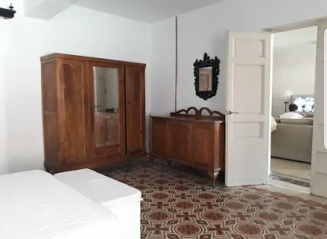Habitacion grande con cama doble y cama individual y habitación-vestidor