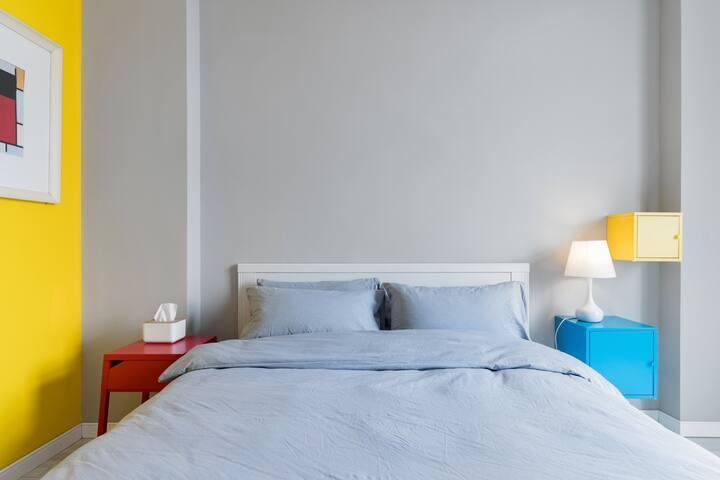[错峰矩惠]《住在工作室》青岛崂山景区花园露台/轻工业风大床房主题《红黄蓝的结构》