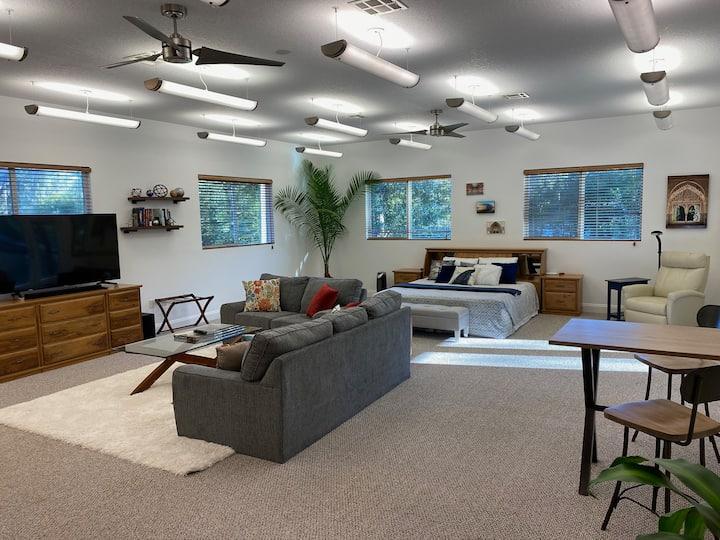 Deluxe 1,000sf Studio on 3 Acres