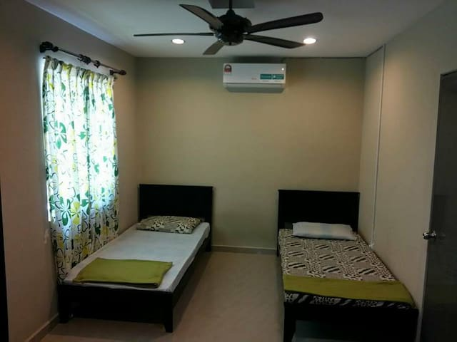4th Room with 2 single beds