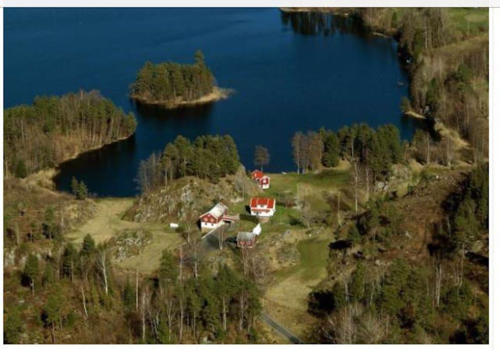 Småbruket. Huset nærmest vannet er det som leies ut. Øya heter St.Helena, og ovenfor ungene kaller vi den sjørøverøya St.Helena. Gøy å reise ut med båt til øya og gå på jakt etter sjørøverskatten :)