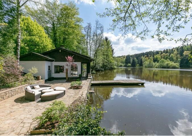La Douceur de l'Oise: pavillon au bord d'un lac