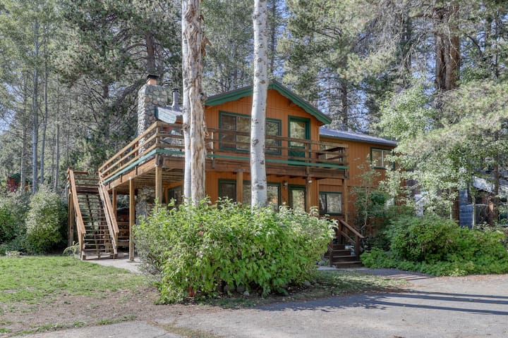Beautiful large cozy cabin near lake & skiing, private dock