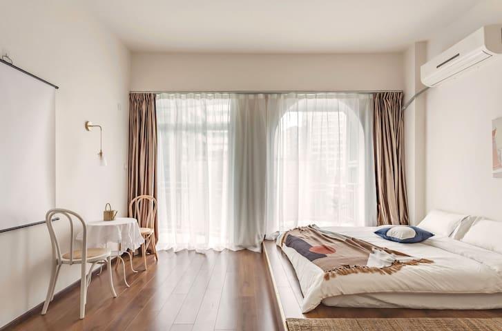 房间有两扇大落地窗,可以让阳光洒落每一个角落,在这里拍照也超好看哦
