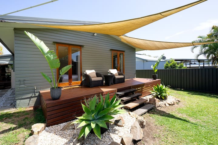 ★ Renovated beach themed house - walk to centre ★