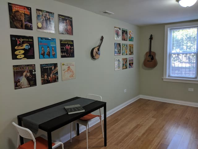 Close to Downtown & Train ☆ In the ♥ of Logan Sq!
