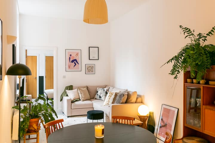 Ideal for contractors, discounted longer stays | Central apartment with secure parking.