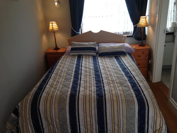 Cosy double room en-suite near City centre. Room 4