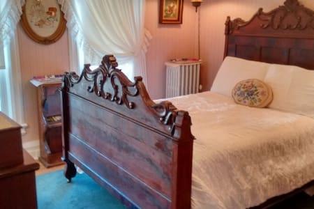 Antique Double room at Andrea's B&B - Niagara Falls - Bed & Breakfast