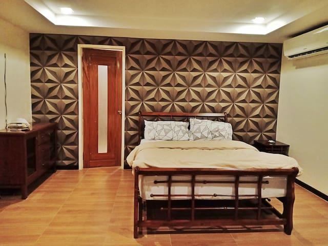 Huge room, overlooking Davao, Ultra fast Wifi