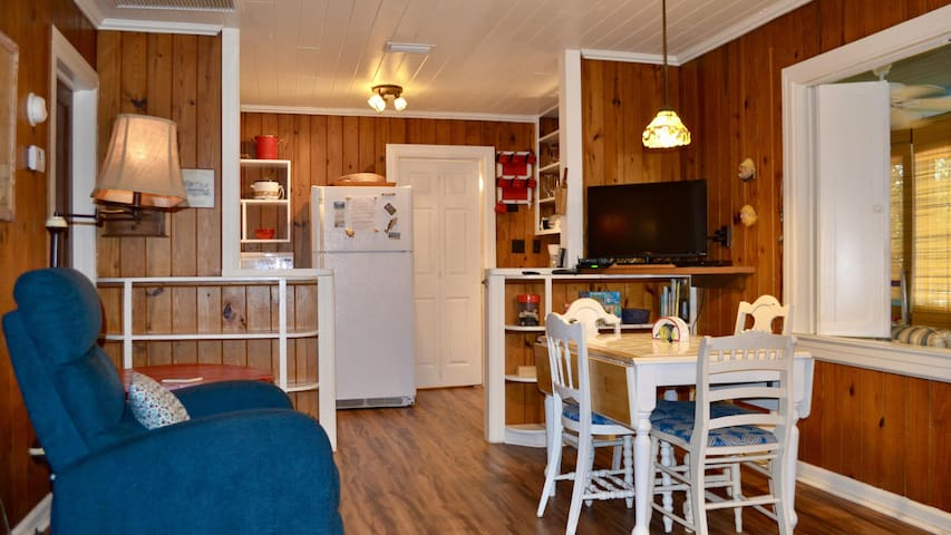 This is a very cozy beach cottage, 1 block from the beach