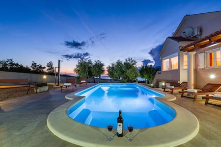 Holiday house with pool