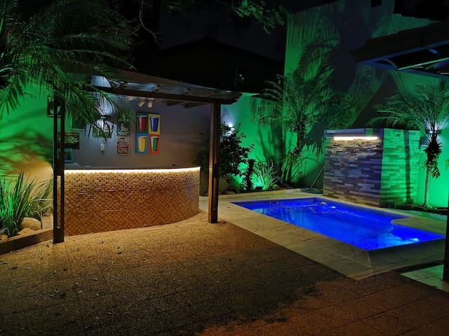 Casa con Piscina / Bar de Lujo en Asuncion.