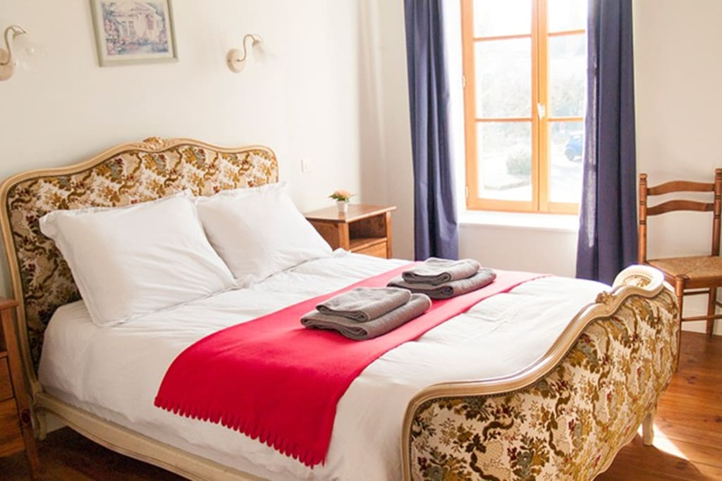 Chambre Blanche, a comfortable room for max 2 people with a luxury en suite.