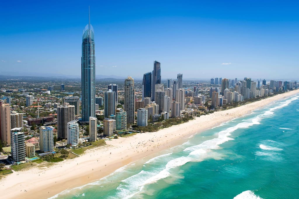 """Downstairs is the famous """"Surfers Paradise"""" beach just walk 5 minutes 下楼走5分钟就是著名的""""冲浪者天堂""""沙滩"""