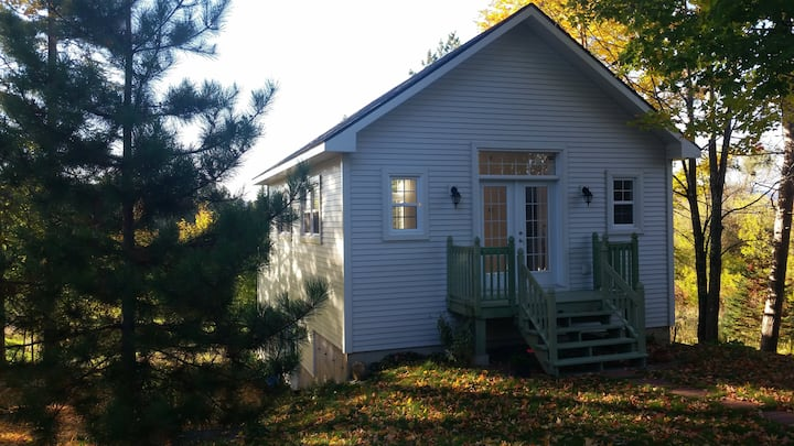 Private quiet lakeside loft just 2.3 km from Magog