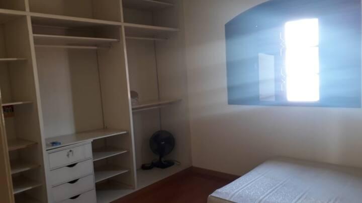 Alugo quarto em ambiente familiar, casa segura.