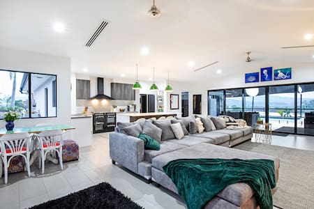 Sleeps 12 Close to Airlie🌟Pool Fire-pit Pizza oven