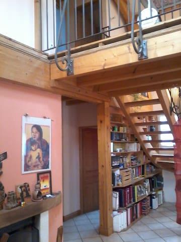 LOIN DES SENTIERS BATTUS - Saint-Paul-en-Jarez - บ้าน
