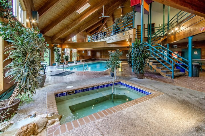 Comfy Getaway with Mountain Views, Shared Pool, Sauna, Hot Tub and Rec Center