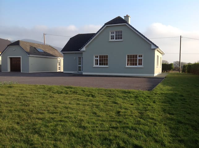 SPACIOUS CAHERCIVEEN BEACH HOUSE (WIFI) SLEEPS 10 - Kerry - Dom