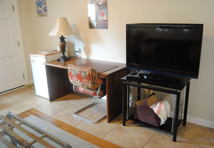 mini fridge, large desk and TV which offers Netflix, Roku TV and an HDMI cable to plug in a laptop.  *No cable TV.